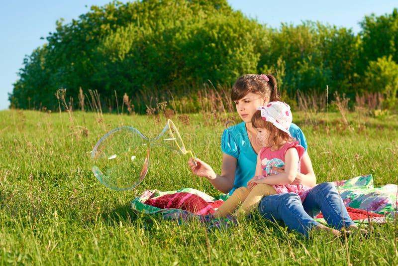 Mamã e filha no parque fotografia de stock