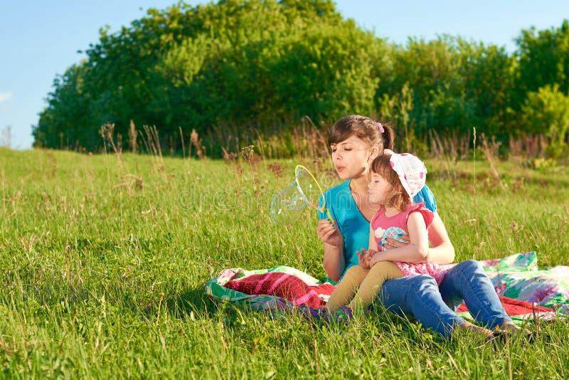 Mamã e filha no parque imagens de stock