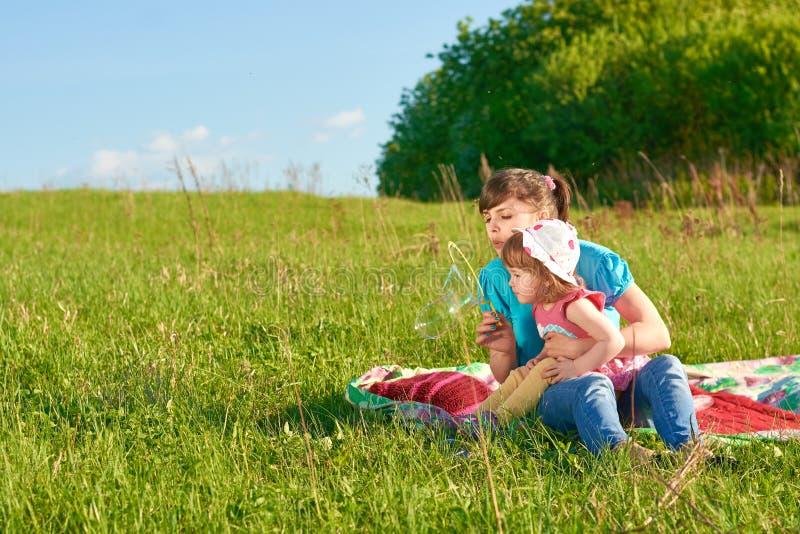 Mamã e filha no parque foto de stock royalty free