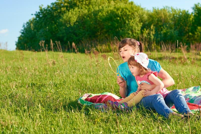 Mamã e filha no parque imagem de stock
