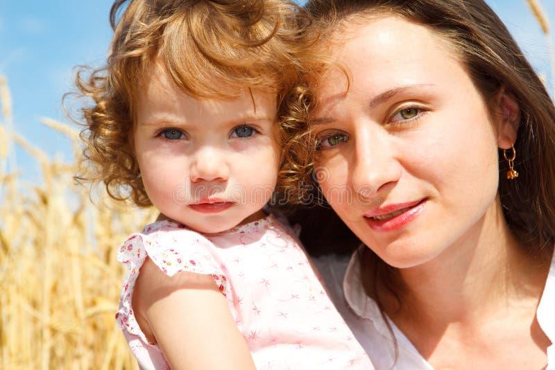 Mamã e filha no trigo fotografia de stock