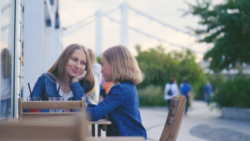 Mamã e filha novas fotografia de stock royalty free