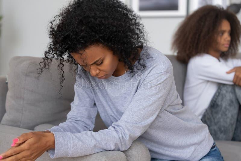 Mamã e filha pretas deprimidas para evitar falar após a luta imagens de stock royalty free