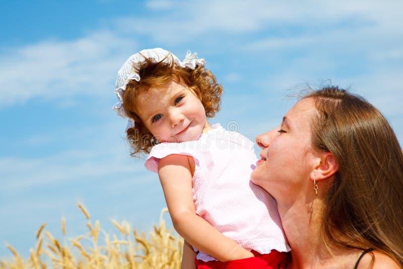 Mamã e filha que apreciam o tempo junto imagens de stock