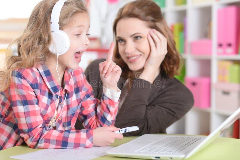 Mamã e filha que fazem lições imagem de stock