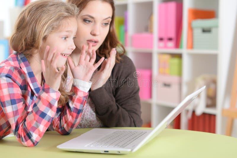 Mamã e filha que fazem lições fotografia de stock royalty free