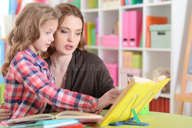 Mamã e filha que fazem lições fotos de stock royalty free