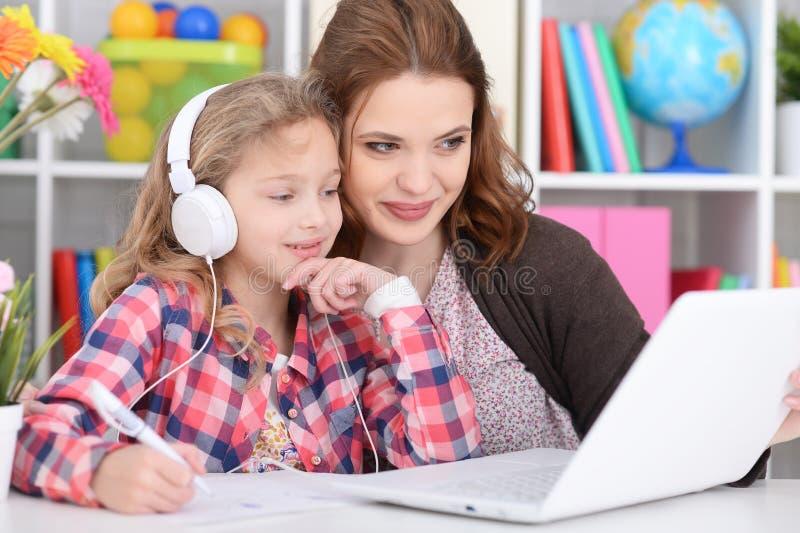 Mamã e filha que fazem lições imagens de stock royalty free