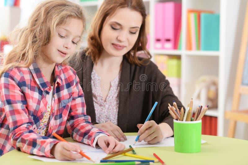 Mamã e filha que fazem lições imagem de stock royalty free