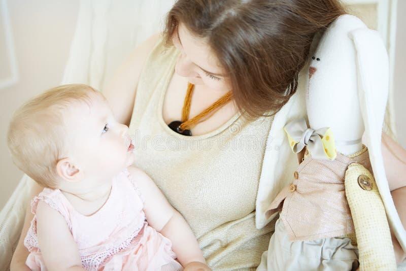 Mamã e filha que olham se fotos de stock