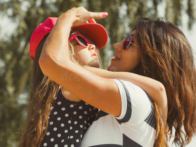 Mamã e filha que passam o tempo bonito junto fotos de stock royalty free