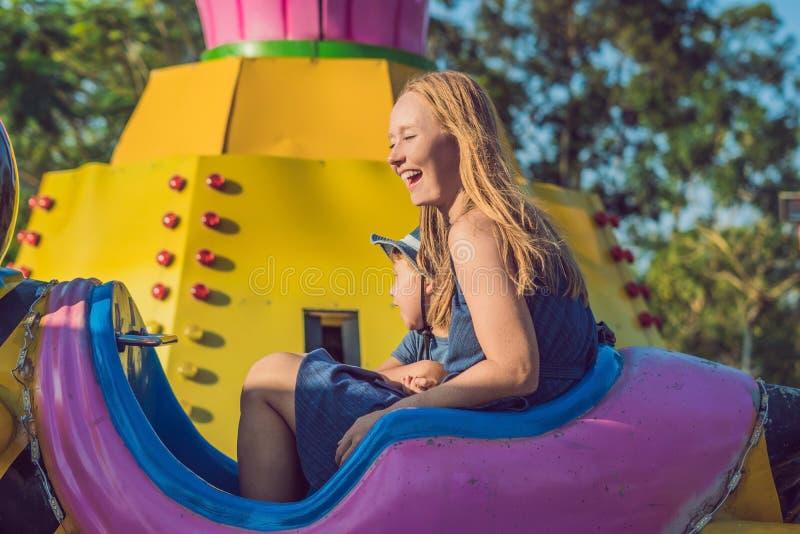 Mamã e filho que têm o divertimento em um parque de diversões imagem de stock royalty free