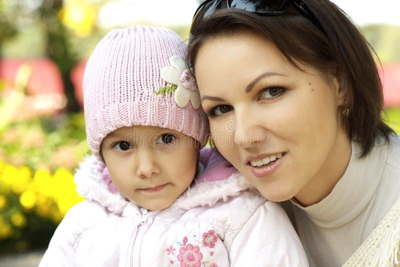 Mamã e menina no outono fotografia de stock
