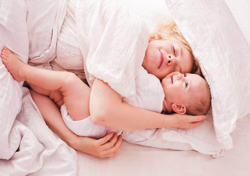 A mamã e o bebê apreciam a manhã imagem de stock royalty free