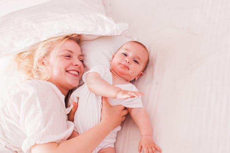 A mamã e o bebê apreciam a manhã fotos de stock royalty free