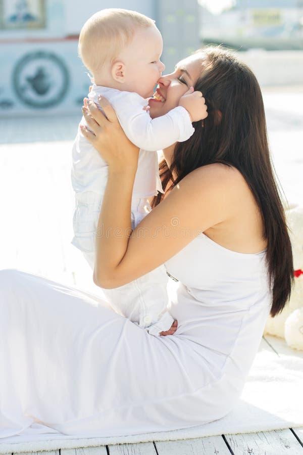A mamã e o filho estão vestindo a roupa branca imagens de stock