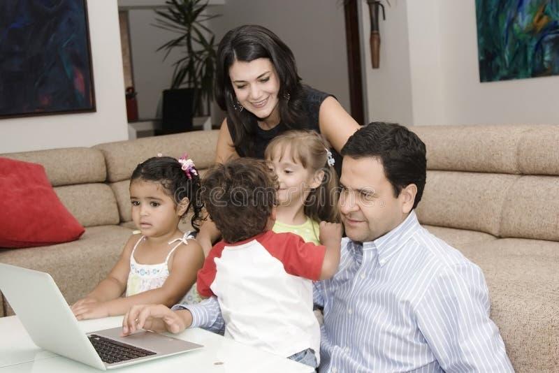 Mamã e paizinho que apreciam com suas crianças imagens de stock