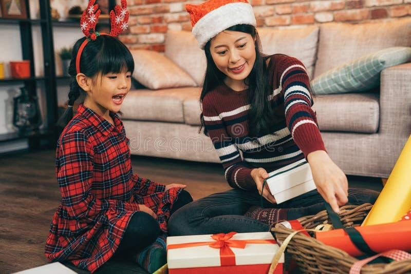 Mamã e sua criança que envolvem o presente para o Xmas foto de stock royalty free