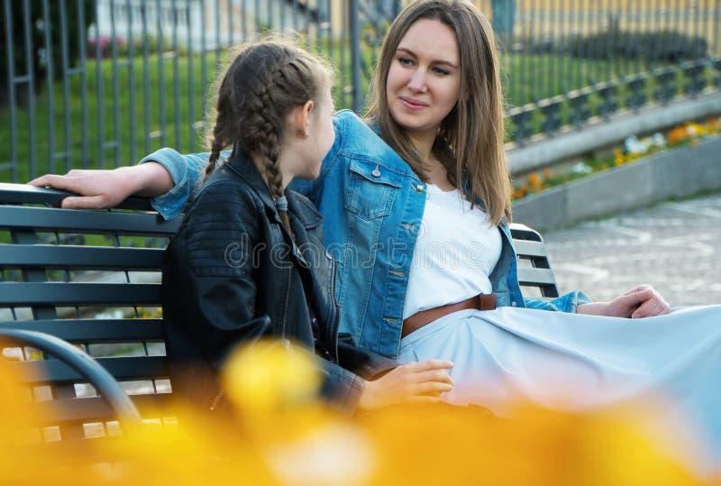 Mamã e sua fala da filha fotografia de stock royalty free