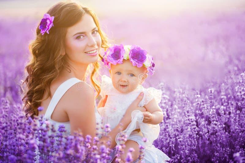 A mamã e sua filha em uma alfazema colocam fotos de stock royalty free