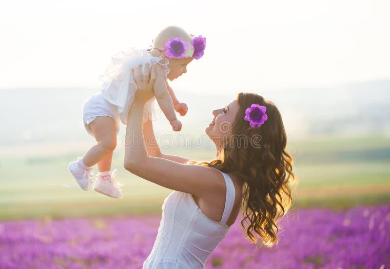 A mamã e sua filha em uma alfazema colocam imagem de stock