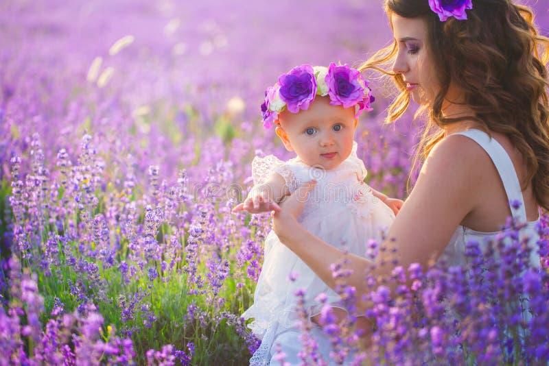 A mamã e sua filha em uma alfazema colocam imagens de stock royalty free