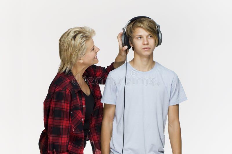 A mamã e um filho adolescente estão discutindo um com o otro contra o branco imagem de stock royalty free
