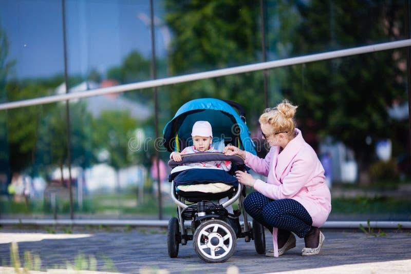 Mamã elegante com bebê imagem de stock royalty free