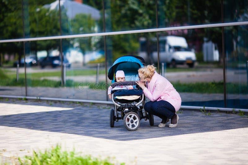 Mamã elegante com bebê fotografia de stock royalty free