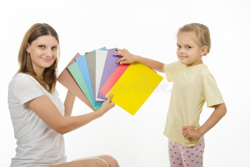 A mamã ensina a uma criança a percepção de cor correta fotos de stock