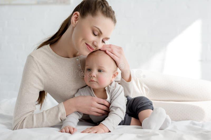 mamã feliz com rapaz pequeno imagem de stock royalty free
