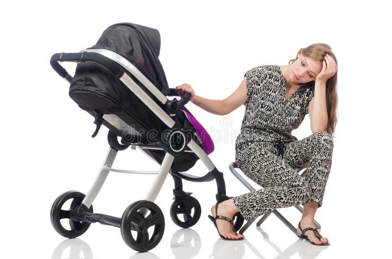 A mamã feliz com seu bebê no pram foto de stock royalty free