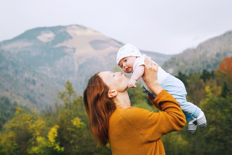 Mamã feliz com sua criança na natureza no tempo do outono imagem de stock