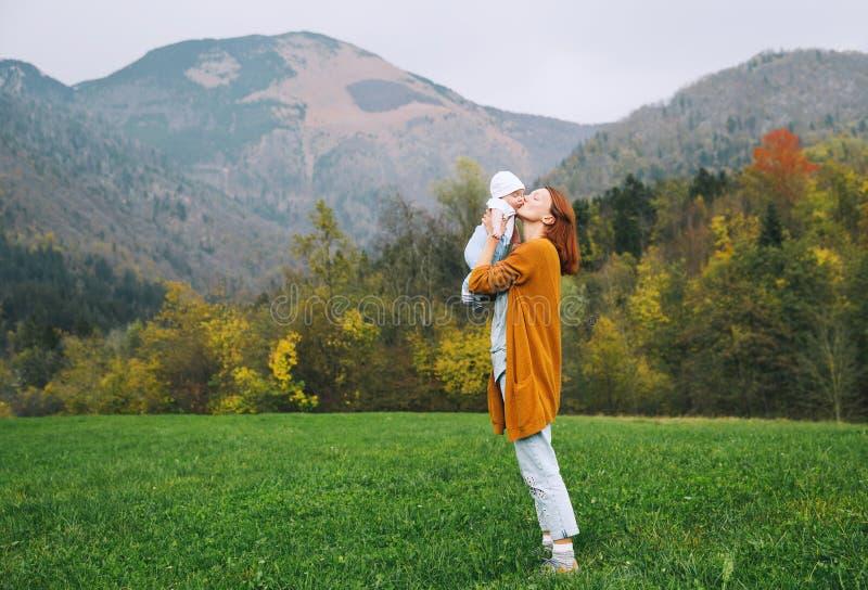 Mamã feliz com sua criança na natureza no tempo do outono foto de stock