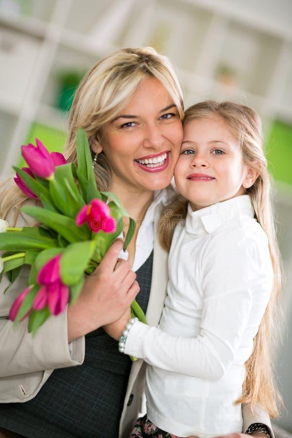 Mamã feliz com sua filha imagem de stock