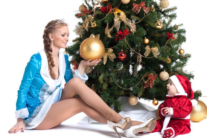 Mamã feliz e criança que levantam em trajes do Natal imagens de stock royalty free