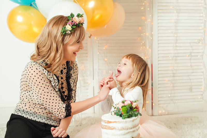 Mamã feliz que joga com sua filha pequena Conceito do aniversário Conceito do dia do ` s da matriz imagens de stock royalty free