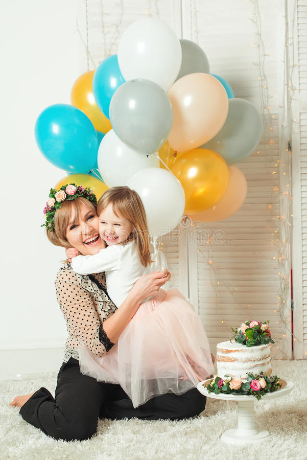 Mamã feliz que joga com sua filha pequena Conceito do aniversário Conceito do dia do ` s da matriz fotografia de stock