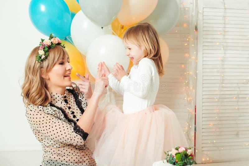 Mamã feliz que joga com sua filha pequena Conceito do aniversário Conceito do dia do ` s da matriz fotos de stock royalty free