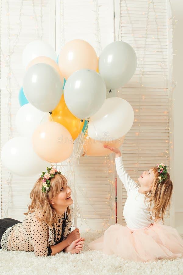 Mamã feliz que joga com sua filha pequena Conceito do aniversário Conceito do dia do ` s da matriz foto de stock