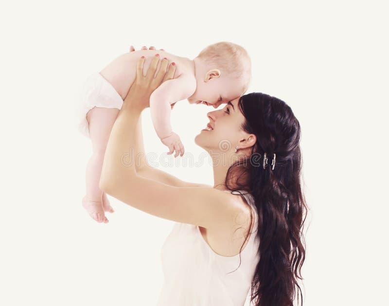 Mamã nova com seu bebê bonito que tem o divertimento fotografia de stock royalty free