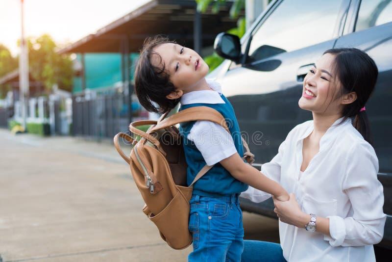 Mamã para enviar o menino impertinente antes de ir educar na manhã Família feliz e conceito dos estilos de vida Educa??o e de vol fotos de stock royalty free