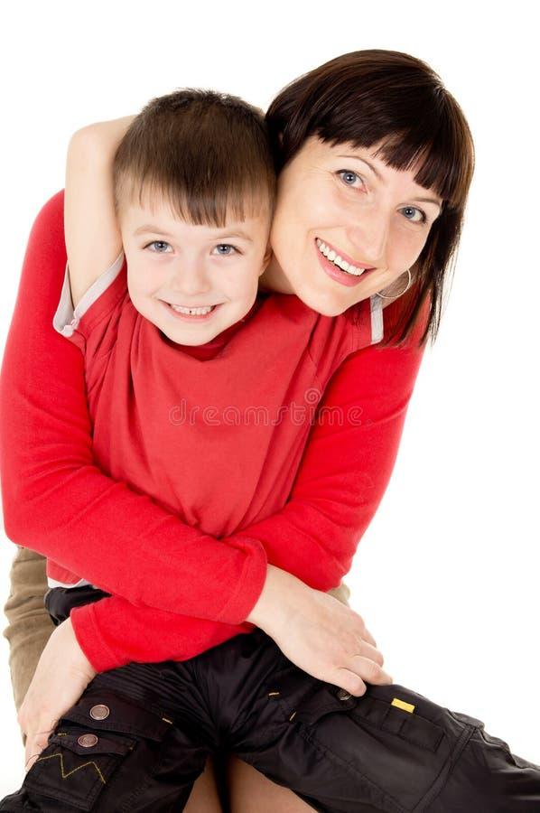 Mamã que abraça com uma criança pequena fotografia de stock royalty free