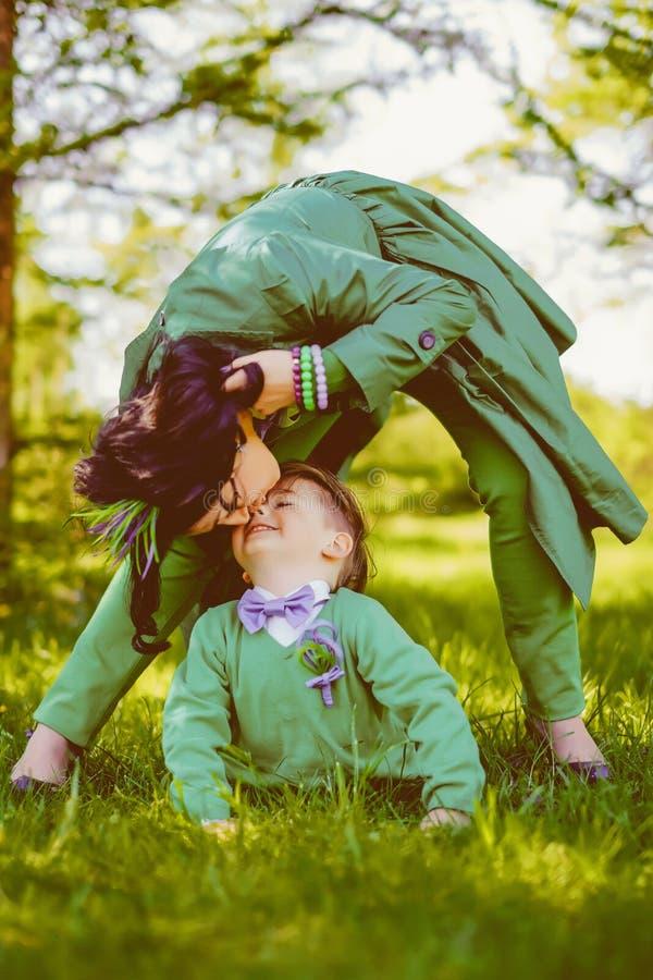 Mamã que beija seu filho bonito imagem de stock