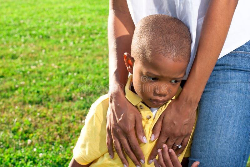 Mamã que consola a criança fotos de stock royalty free