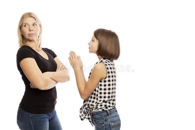 Mamã que grita na filha adolescente, isolada no fundo branco foto de stock royalty free