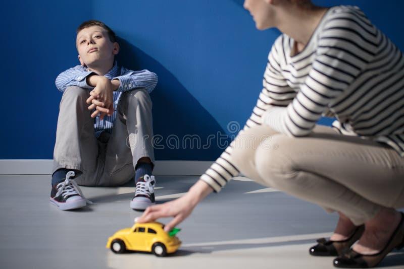 Mamã que joga com filho autístico fotos de stock