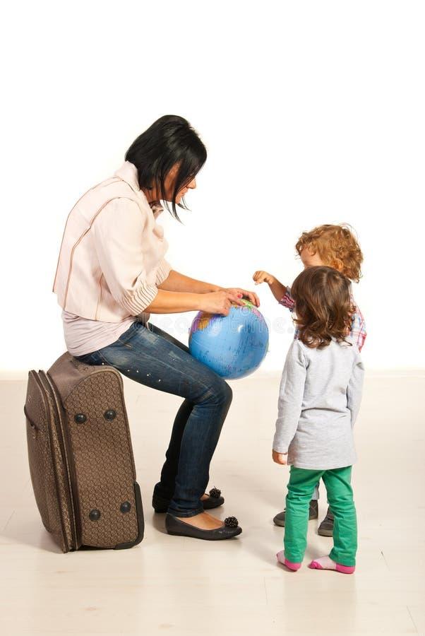 Mamã que mostra a suas crianças aonde ir imagens de stock