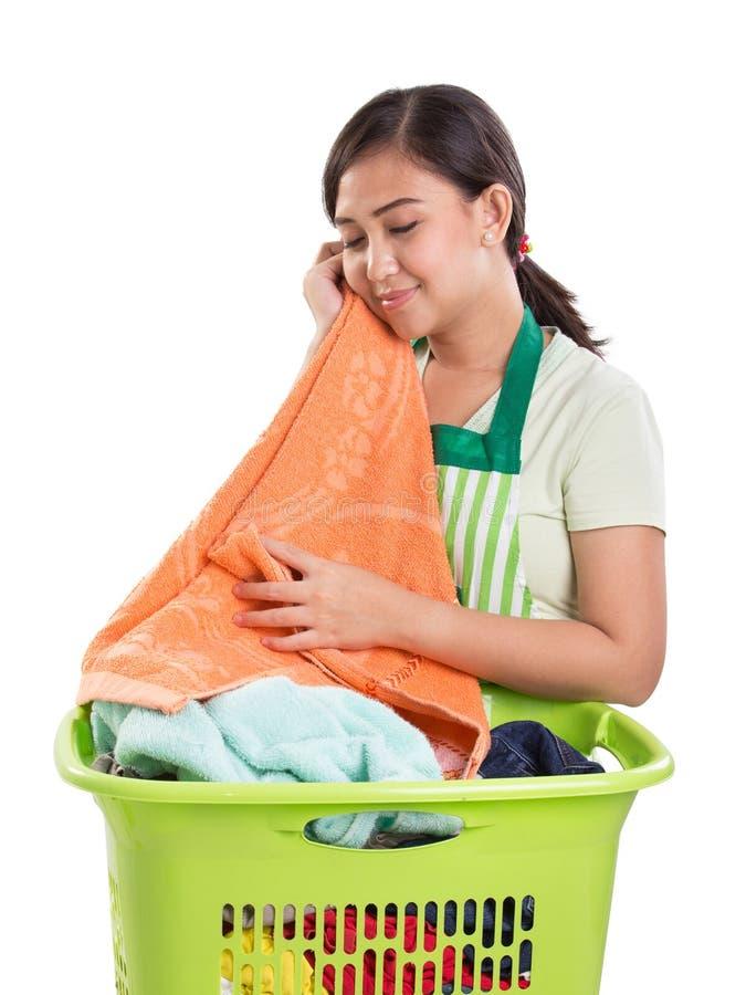 A mamã sente o softness de seu trabalho da lavanderia fotos de stock royalty free