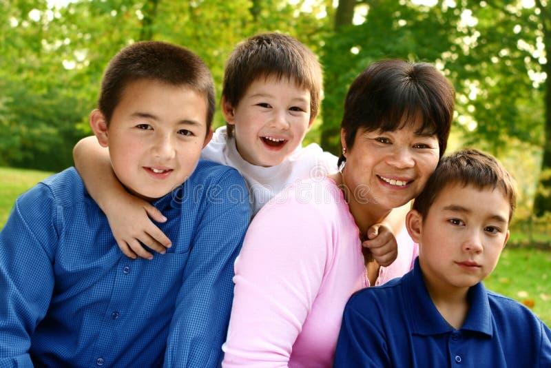 Mamã tailandesa com filhos fotografia de stock royalty free